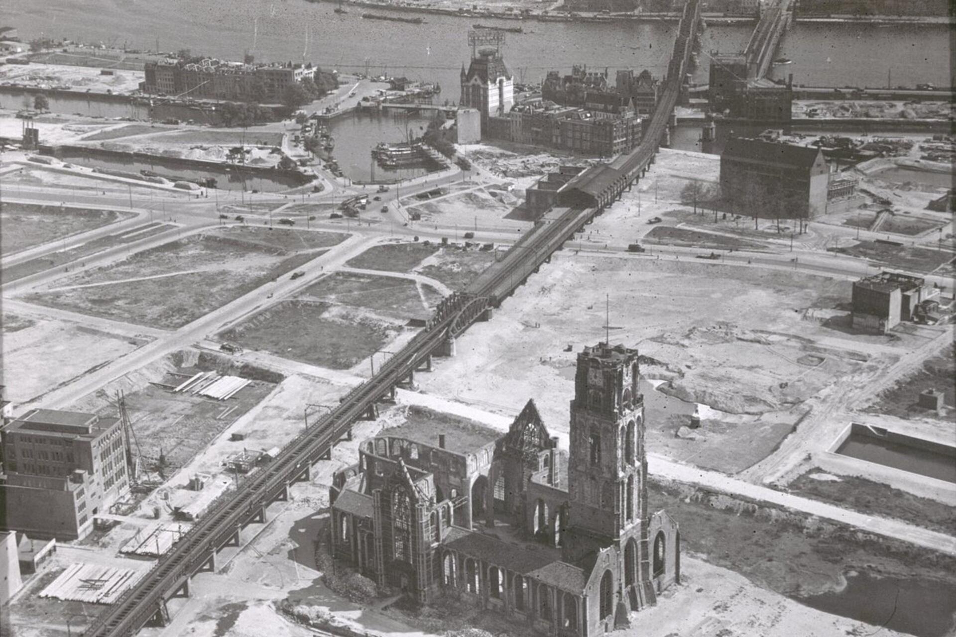 Luchtfoto Rotterdam 1940 met op de achtergrond het Witte Huis (image courtesy of Rijksdienst voor het Cultureel Erfgoed)