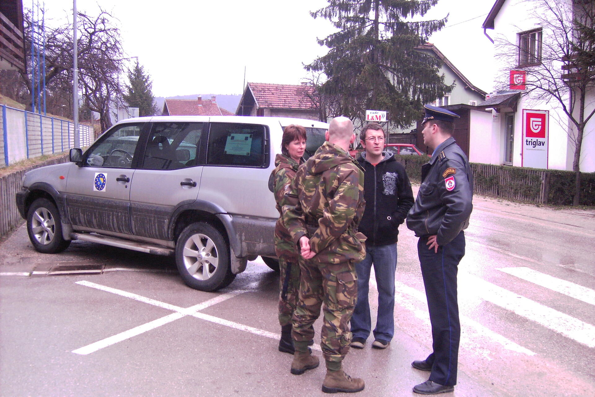 Conversation NL LOT-team Mrkonjić Grad with local police, april 2009